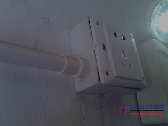 马鞍山大润发消防应急灯安装 马鞍山水电快修承接服务  消防应急灯是当放生火灾时电源断掉以后,会自行发光一到一点半个小时 一般安装门口、楼梯口等比较关键的地方,在发生火灾时为人们提供生命之光 如图插座已经安装好了  总体安装效果,有电源时应急灯是不会亮的,所以现在是不亮很正常  应急灯安装到位  应急灯安装好了总体效果图,安装到位,使用正常,  马鞍山水电快修承接了马鞍山大润发超市消防应急电源指示灯,使用明 管,线路走好,插座装好,灯上指示灯指示正常,使用正常,停电后, 应急灯发光指示正常