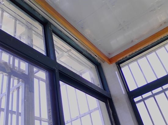 图上为网购滑轨式窗帘轨道安装,阳台上的轨道安装完效果图